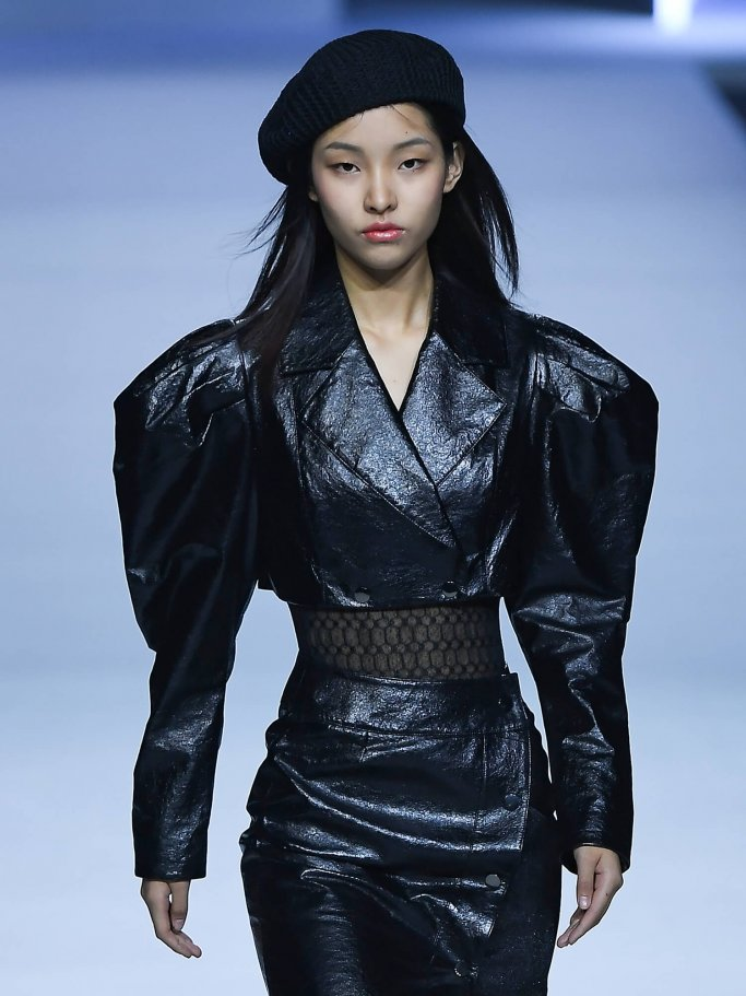 A Chinese model with balloon sleeves on the runway