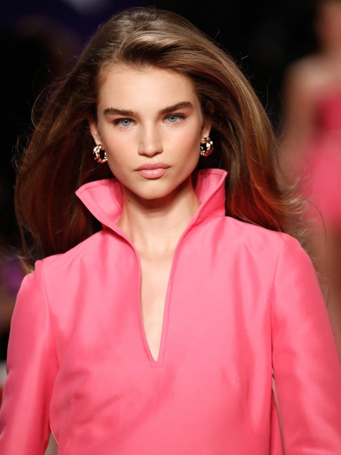 Model with stand-up collar on the catwalk