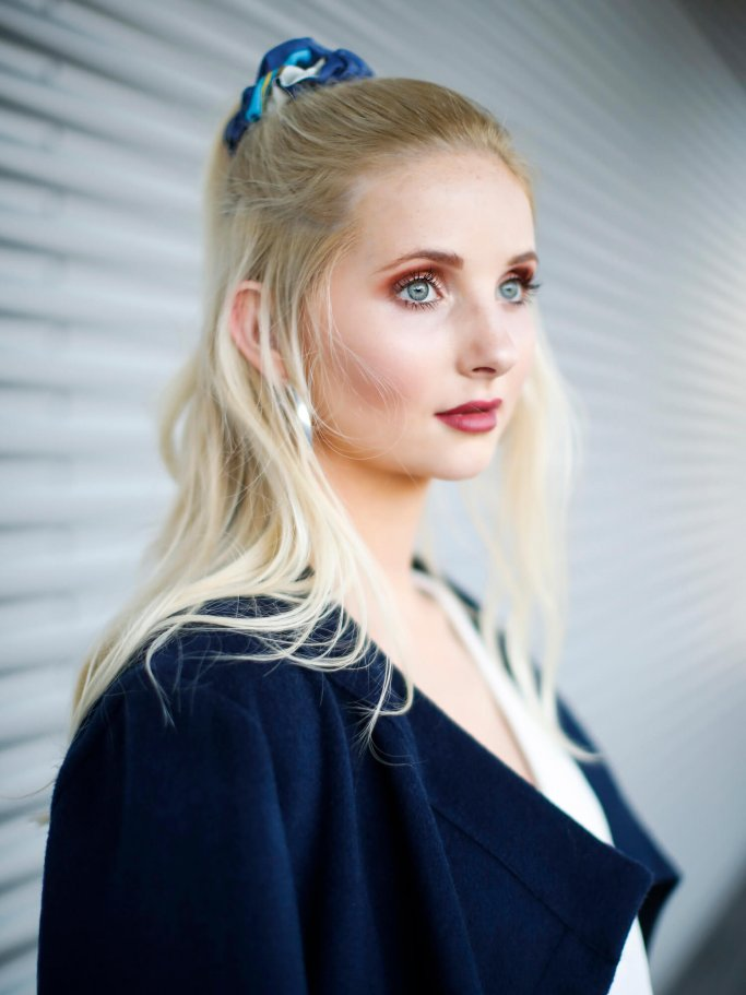 Anna Hiltrop with scrunchie hairstyle and glamorous make-up